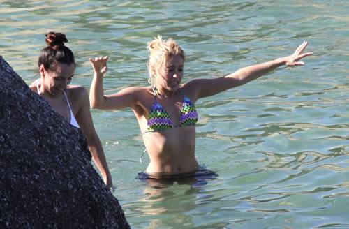 Shakira p-p-p-picks up a penguin