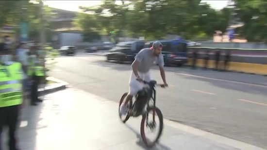 Pique arrives for the Catalan derby... on his bicycle!